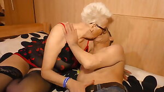 Oma besucht ihren Stecher im Maennerwohnheim